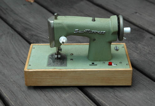 Toy_sewing_machine_2